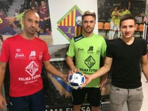 Vadillo-Maico-y-Sarmiento-posan-con-el-balón-de-la-final-de-Sevilla-3